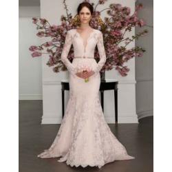 Robe de mariée style fourreau en dentelle à manches longues found on Bargain Bro India from La Baie for $6595.00