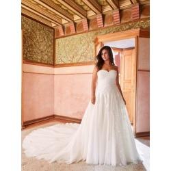 Robe de mariée de coupe trapèze en dentelle et tulle found on Bargain Bro India from La Baie for $4695.00