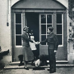 Photographic Print: 'Goodbye, footman; Good luck, soldier', 1941 by Cecil Beaton: 16x16in